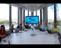 salle de réunion avec microsoft roundtable en images visite guidée du campus microsoft à issy les moulineaux