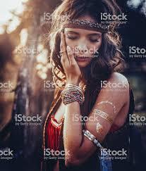 хиппи девушка на открытом воздухе с украшения и временные татуировки