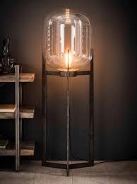 Vloerlamp Jacki Met Glazen Kap En Industriële Driepoot