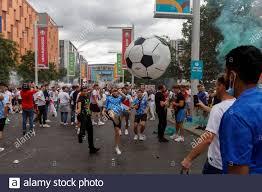 London, Großbritannien. Juli 2021. England-Fans spielen vor dem Stadion mit  einem riesigen aufblasbaren Ball vor dem UEFA Euro 2020 Finale zwischen  Italien und England am 11. Juli 2021 im Wembley Stadium in