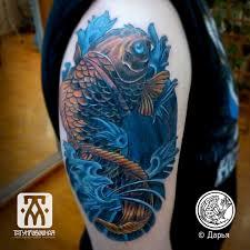 татуировка цветной карп на плече метла тату