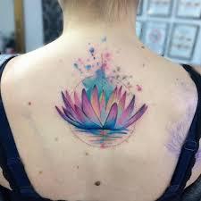 фото цветного тату кувшинки на спине девушки фото рисунки эскизы