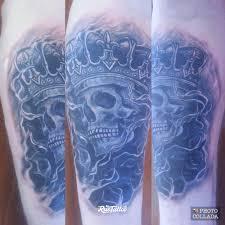 фото татуировки череп с короной в стиле реализм татуировки на