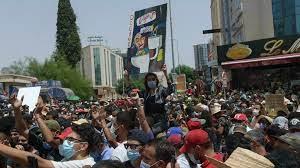 تونس: محتجون بعدة محافظات يطالبون الحكومة بالتنحي وحل البرلمان.. ويستهدفون  مقرات حزب النهضة