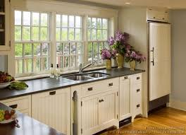 #Kitchen Of The Day: Country Kitchens. (By Crown Point Cabinetry)