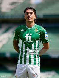 Hector Bellerin looks on as he is presented as a Real Betis player at...  Foto di attualità - Getty Images
