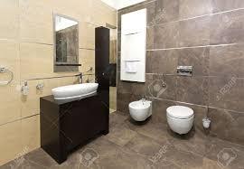 Bagno Legno Marmo : Bagno interno moderno con piastrelle in marmo e arredi