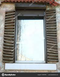 Kunststoff Fenster Mit Fensterläden Vintage Stockfoto Belchonock