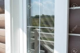 Plastikweiße Fenster Sprossenstäbe Mit Der Reflexion Des Blauen