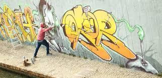 <b>Graffiti artist painting</b> - Photos by Canva