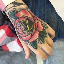 фото татуировки розы в стиле нью скул на кисти девушки фото
