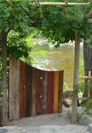 Ein Buntes Gartentor Aus Alten Paletten Bauen Garten Pinterest Hier Sehene Sie Eine Von Vielen Moglichkeiten Wenn Sie Einen Holzzaun Selber Bauen Mochten