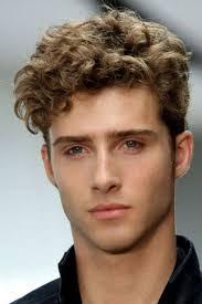 Top 10 des meilleures tendances fashion pour homme en 2021. Coiffure Homme 2021 Les Coupes De Cheveux Pour Homme Qui Font Craquer Les Filles