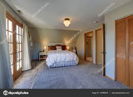 Ruhiges Schlafzimmer Mit Dachschräge Und Türen Schöne Terrasse