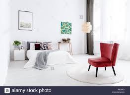 Rote Sessel Auf Runden Teppich In Weiß Schlafzimmer Innenraum Mit