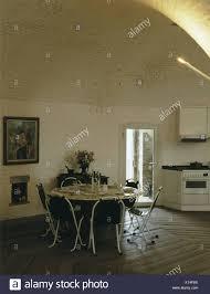 Runder Tisch Und Stühle Metall In Moderne Küche Esszimmer Im