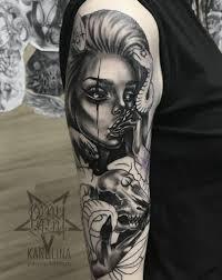 портрет девушки в неотраде черно серая татуировка на женском плече