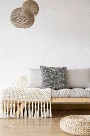 Gemusterte Decke Auf Hölzernem Bett Pouf Und Lampen Im Hellen