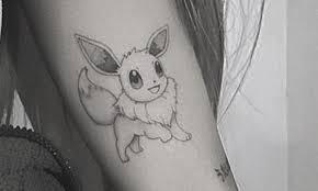 アリアナグランデの腕にポケモンイーブイのタトゥーが彫られる