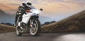 Paar Auf Motorrad Mit Hellem Scheinwerferlicht
