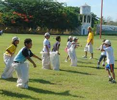 Uno de los juegos tradicionales que se practican en ecuador y en varios países de américa es el palo ensebado, aunque su origen está en nápoles, italia, donde se conoce como la curaña. Carrera De Sacos Juegos Tradicionales De Costarica