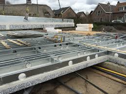 het staalframe is voorzien van ronde gaten zodat leidingen en installaties eenvoudig in de vloer kunnen worden opgenomen op het stalen frame wordt een