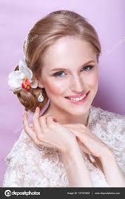 Krásná Nevěsta S Módní Svatební účes Na Růžovém Pozadí Detailní