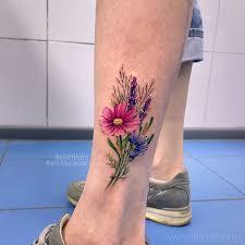 фото небольшой женской татуировки на ноге букет полевых цветов
