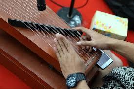 Alat musik gesek, yaitu alat musik yang dimainkan dengan cara digesek. 10 Alat Musik Melodis Yang Perlu Kamu Ketahui Bukareview