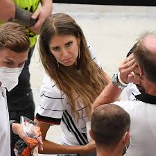 Mats julian hummels (born 16 december 1988) is a german professional footballer who plays as a centre back for bundesliga club borussia dortmund and the germany national team. Cathy Hummels Teilt Klares Statement Bin Viel Alleine Derwesten De