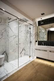 Kleine Badezimmer Einrichten Weiss Marmor Schwarz Fliesen Holzboden