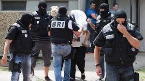 باريس - فرنسا تعتقل رجل عثرت على عبوة ناسفة قرب مبنى سكني