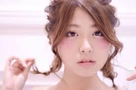 丸顔女性に似合う髪型って簡単ヘアアレンジでいつもと違う自分に