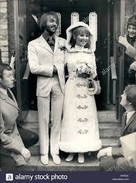 Febbraio 02, 1969 - Lulu Sposi: cantante pop Lulu è stato oggi sposato a  Maurice Gibb, dei Bee Gees gruppo pop- presso il St James Church Foto stock  - Alamy