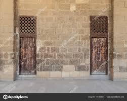 Alte Verlassene Stein Ziegel Wand Mit Zwei Verwitterte Holztüren Und