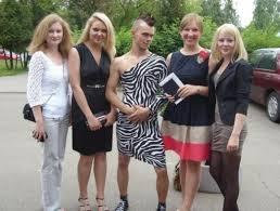 Новости Тольятти фото Выпускник пришел на диплом в женском платье Выпускник БГЭУ стал звездой интернета