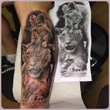 татуировки лев и львица в стиле реализм черно серая голень