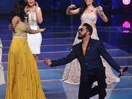 Mika Singh Proposed Bhumi Trivedi on the stage of 'Indian Pro Music  League', sat on knees and asked- Will you marry me?   'इंडिया प्रो म्यूजिक  लीग' के स्टेज पर किया भूमि