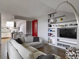 Nellopen space della zona giorno lo schienale del divano angolare