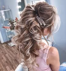 Прекрасными будут выпускные прически с высоко собранными волосами на длинные и средние пряди. Krasivye Idei Vypusknoj Pricheski 2021 Novinki I Trendy Pricheski Na Vypusknoj