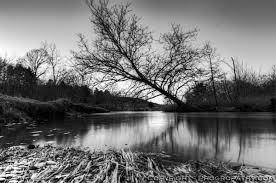 Znalezione obrazy dla zapytania river black and white
