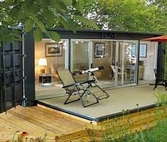 How to live in a shipping container ... looks cosy. I want this
