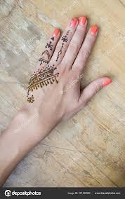 красота концепт художник применяя хна татуировки женщин руки менди