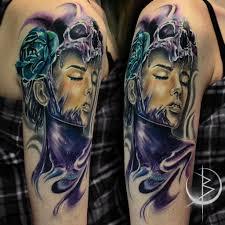девушка с черепом цветная татуировка на плече сделать тату у