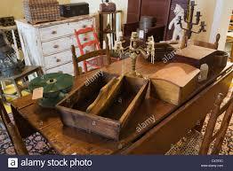 Antiker Esstisch Aus Holz Mit Dekorativen Objekten Innerhalb Einer