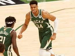 Bucks' Giannis Antetokounmpo is seizing ...