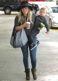 Hilary duff‏подлинная учетная запись @hilaryduff 1 апр. Hilary Duff Has Her Hands Full As She Totes Son Luca And An Array Of Goodies During Mother Son Outing Daily Mail Online