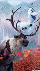 Olaf und Sven spielt mit Herbstlaub im ...