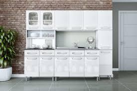 Geladeira e cadeiras combinando em uma cozinha decorada. Como Escolher O Melhor Tipo De Cozinha De Aco Cwb Aco