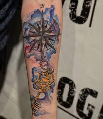 татуировка на предплечье у парня ключ и роза ветров фото